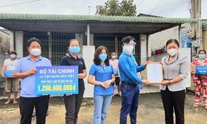 Bộ Tài chính tặng 4.000 túi quà an sinh cho người dân gặp khó khăn do dịch COVID-19 tại Bình Dương