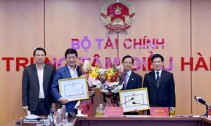 Bộ trưởng Bộ Tài chính tặng thưởng Bằng khen cho FPT và SOVICO