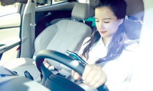 Hiểm họa khi vừa lái xe vừa sử dụng điện thoại