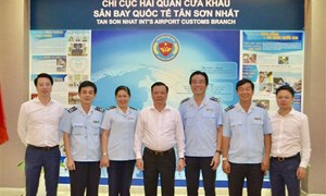 Bộ trưởng Đinh Tiến Dũng làm việc với Hải quan sân bay Tân Sơn Nhất