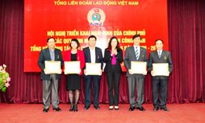 Trao tặng Kỷ niệm chương và Bằng khen của Bộ Tài chính cho một số đồng chí Tổng Liên đoàn Lao động Việt Nam