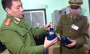 Bắt giữ hàng trăm chai rượu ngoại nhập lậu tại ga Hà Nội
