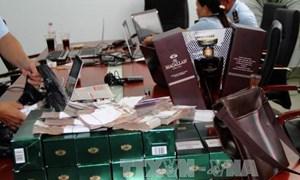 Bắt giữ vụ vận chuyển trái phép rượu ngoại và tiền Thái Lan