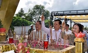 Bộ trưởng Đinh Tiến Dũng dâng hương tri ân các Anh hùng Liệt sĩ tại Quảng Trị