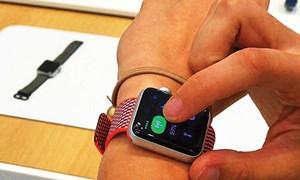 """Smartwatch """"lấn lướt"""" đồng hồ truyền thống?"""