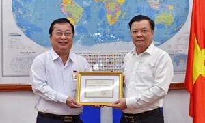 """Bộ trưởng Đinh Tiến Dũng trao tặng Kỷ niệm chương """"Vì sự nghiệp Tài chính Việt Nam"""" cho Chủ tịch UBND tỉnh Sóc Trăng"""