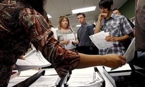 Triệu phú Mỹ xếp hàng nhận trợ cấp thất nghiệp
