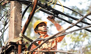 Tăng giá điện: kế hoạch hay đối phó?