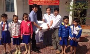 Kịp thời giao gạo hỗ trợ, tiếp sức học sinh nghèo tới trường