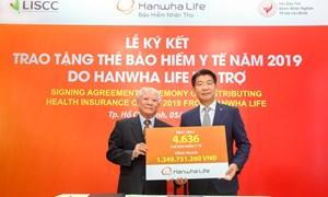 Hanwha Life Việt Nam trao tặng hơn 4.600 thẻ bảo hiểm y tế cho người nghèo