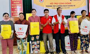 Sun Life Việt Nam trao quà hỗ trợ các gia đình bị ảnh hưởng bởi Covid-19