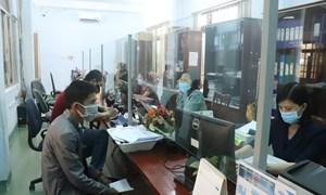 Niềm vui của người lao động khi nhận được tiền hỗ trợ từ Quỹ Bảo hiểm thất nghiệp