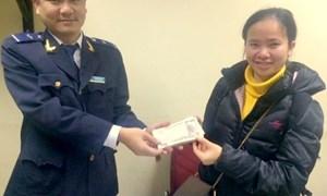 Hải quan sân bay Nội Bài trả lại gần 230 triệu đồng cho hành khách