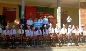 Fubon Life Việt Nam trao tặng hơn 150 suất quà cho học sinh giỏi vượt khó