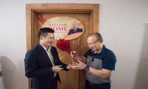 CENLAND trao chìa khóa căn hộ trị giá 1,3 tỷ đồng cho ông Park Hang Seo