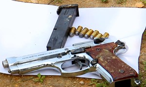 [Video] Tìm thấy súng, lựu đạn ở hiện trường nhóm buôn ma túy cố thủ