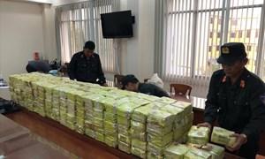 [Video] Cảnh sát lục soát ma tuý trong kho hàng ở Sài Gòn
