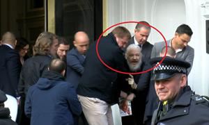 [Video] Anh bắt ông chủ WikiLeaks, Mỹ tìm cách dẫn độ