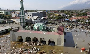 [Video] Sức tàn phá của sóng thần tấn công bờ biển Indonesia