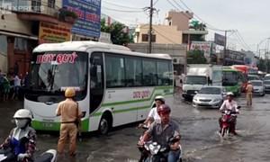 [Video] Đường Sài Gòn ngập nặng, CSGT dùng xe chuyên dụng cứu hộ dân