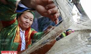 Người Mông ở Đồng Văn se lanh dệt vải