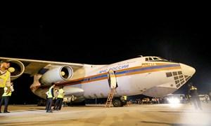 [Video] 40 tấn hàng cứu trợ của Nga đến sân bay Cam Ranh