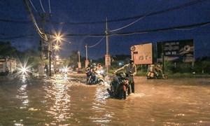 [Video] Người Sài Gòn lội nước sâu trong ngày triều cường đạt đỉnh