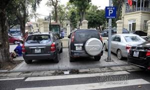 """[Video] Người Hà Nội than """"choáng"""" với giá trông giữ xe mới"""