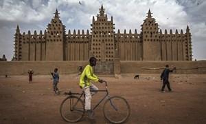 Ngắm những nhà thờ Hồi giáo bằng bùn và cây cọ ở châu Phi