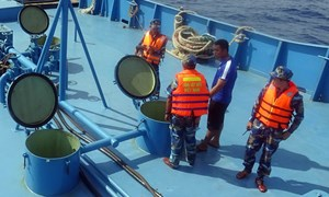 [Video] Cận cảnh vụ bắt giữ buôn lậu dầu trên biển