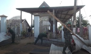 [Video] Ấm lòng cảnh hàng trăm chiến sĩ giúp dân sửa chữa nhà sau trận lốc xoáy