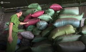 [Video] Cận cảnh 21 tấn phế phẩm cà phê nhuộm bột pin được thu giữ