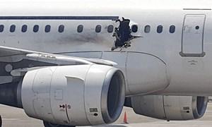 [Video] Diễn biến vụ hành khách bị hút khỏi máy bay nổ động cơ của Mỹ