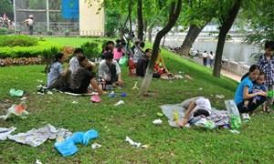 [Video] Rác thải tràn lan trong công viên ngày nghỉ lễ