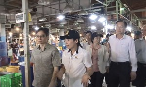 [Video] Phó Thủ tướng thị sát chợ đầu mối ở Sài Gòn lúc rạng sáng