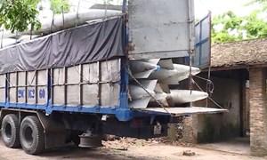 [Video] Hai xe tải chứa bình nhiên liệu nghi của máy bay ở làng Quan Độ