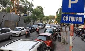 [Video] Nhiều vướng mắc, TP. Hồ Chí Minh lùi thời hạn tăng phí đậu ôtô dưới lòng đường
