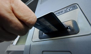 Ngân hàng Nhà nước yêu cầu tạm dừng tăng phí rút tiền nội mạng ATM
