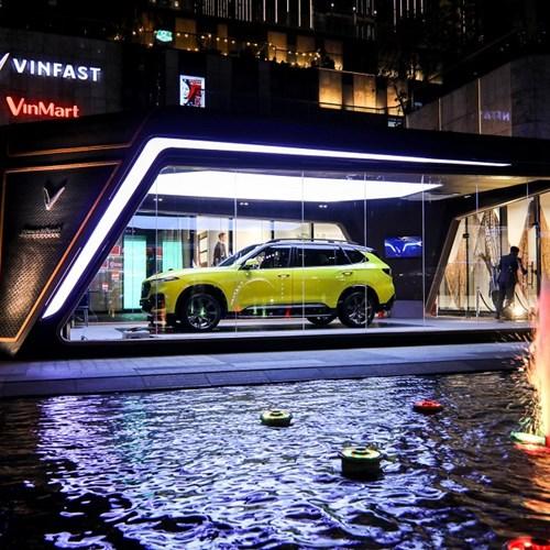 VinFast President khoe dáng bên Landmark 81: Chất từ xe đến… phòng trưng bày