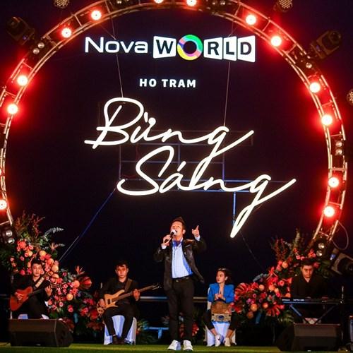 Nhiều ca sỹ trình diễn ca khúc lãng mạn bên bờ biển Hồ Tràm