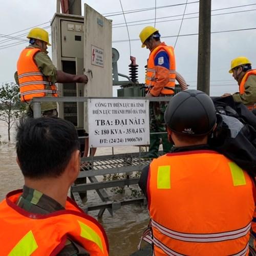 Công ty Điện lực Hà Tĩnh: Nỗ lực cấp điện trở lại cho bà con nhân dân sau mưa lũ