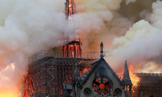 Hình ảnh vụ cháy kinh hoàng ở nhà thờ Đức Bà Paris