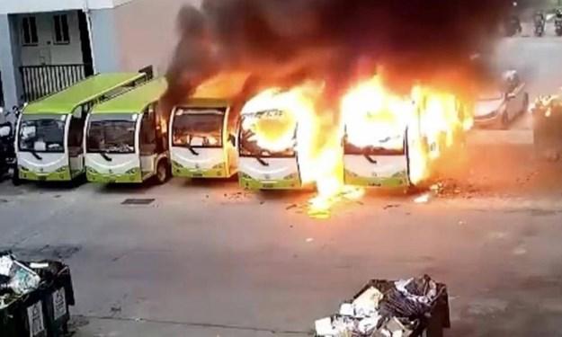 [Video] Xe điện Trung Quốc đang đỗ bất ngờ phát nổ, bốc cháy dữ dội