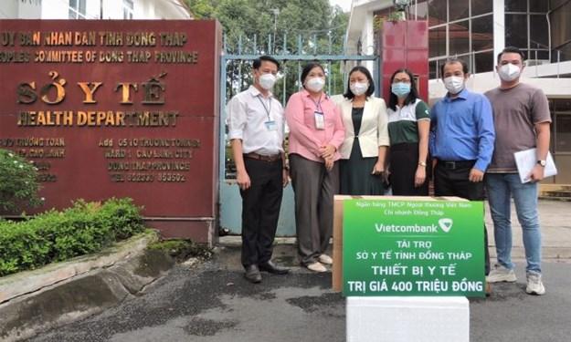 Vietcombank tặng thiết bị y tế trị giá 400 triệu đồng cho Đồng Tháp