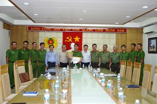 Vietcombank trao thưởng 100 triệu đồng cho lực lượng công an tỉnh Khánh Hòa