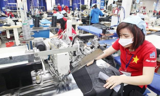 Không được cắt giảm tiền lương đối với lao động nặng nhọc, độc hại