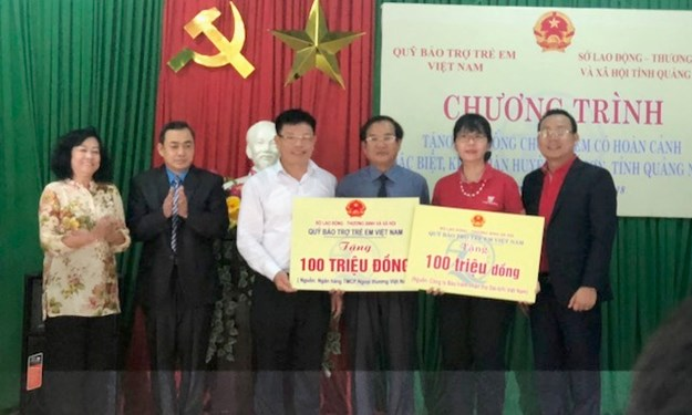 """Vietcombank tham gia công tác """"Đền ơn đáp nghĩa"""" với Đoàn công tác của Phó Chủ tịch nước Đặng Thị Ngọc Thịnh"""