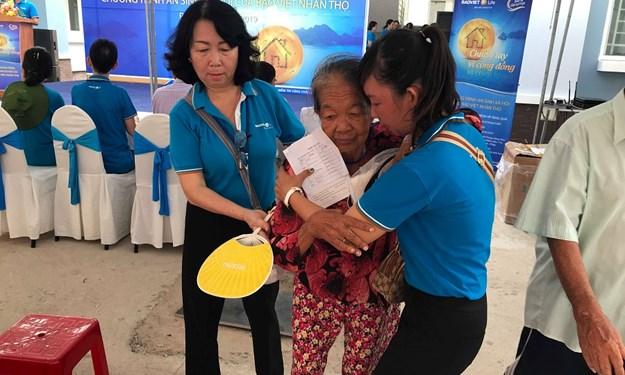 Bảo Việt Nhân thọ khám bệnh miễn phí và tặng quà cho người nghèo, các gia đình chính sách và có công với Cách mạng