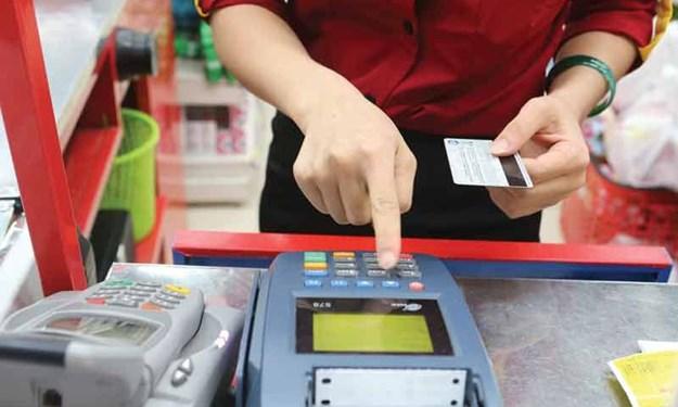 Thận trọng với chi tiêu qua thẻ tín dụng