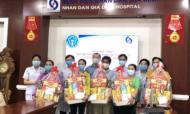 Trao tặng 1.300 suất quà cho bệnh nhân bảo hiểm y tế có hoàn cảnh khó khăn